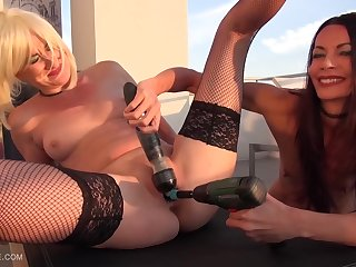 Powerdrilling blonde mature to make her squirt